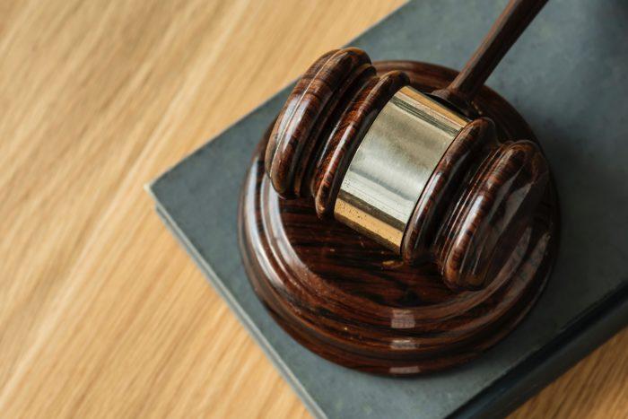 KI und Rechtssprechung: Algorithmen können die Entscheidungen von Richtern verbessern
