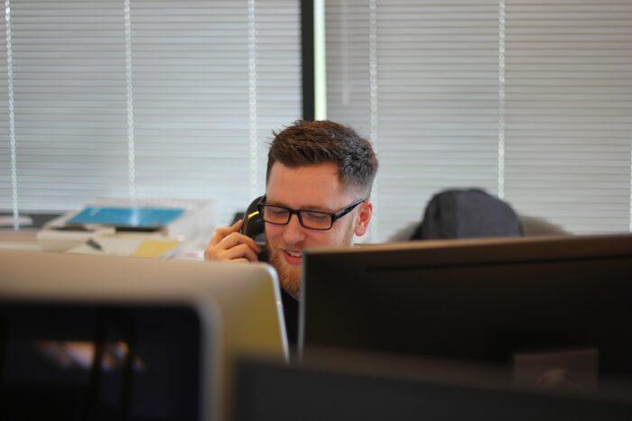 Der richtige Ton: Wie man in Zeiten hoher Unsicherheit das Vertrauen von Kunden zurück gewinnt